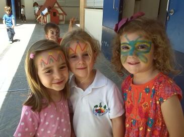 Eva, Telma y Victoria en la fiesta de bienvenida para los niños de tres años nuevo