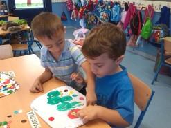 Agustín y Daniel cooperando en el trabajo