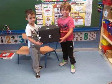 Javier enseñándonos su proyecto científico junto a Manuel