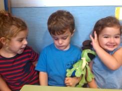 Daniel, Zaira y Olivia junto a Pepito grillo