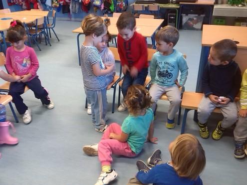 Carolina enseñando el escarabajo en la asamblea