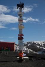 totem-base-gabriel-castilla-indican-las-distancias-ciudades-toda-espana-pais-ninguna-acerca-menos-12500-kilometros-antartida-1357756834853